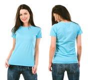 Brunette met leeg lichtblauw overhemd Stock Afbeelding