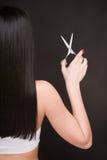 Brunette met schaar van de kapper Stock Fotografie
