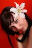 Brunette met witte leliebloemen Stock Foto's