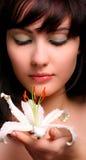 Brunette met witte leliebloemen Royalty-vrije Stock Fotografie