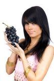 Brunette met zwarte druiven Stock Foto's
