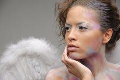 Brunette mignon avec avec les ailes artificielles Photo stock