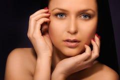 Brunette mit blauen Augen Stockfoto