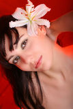 Brunette mit Blumen der weißen Lilie Lizenzfreie Stockfotos