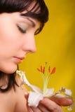 Brunette mit Blumen der weißen Lilie Stockfoto