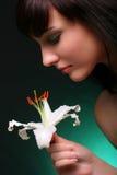 Brunette mit Blumen der weißen Lilie Lizenzfreie Stockfotografie