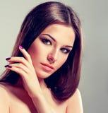 Brunette mit dem langen geraden Haar Stockbild