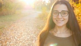Brunette mit den schönen und großen Augenblicken in die Kamera und in das Lächeln Nahaufnahme stock footage