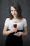 Brunette mit einem Weinglas Stockfoto