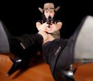 Brunette mit einer Gewehr Stockbild