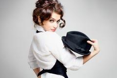Brunette mit Hut Stockfoto