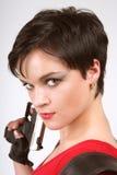 Brunette mit Pistole lizenzfreie stockfotos