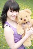 Brunette mit Plüsch-Teddybären Stockfotografie