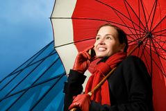 Brunette mit rotem Regenschirm Lizenzfreie Stockfotos