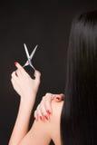 Brunette mit Scheren des Friseurs Stockbild