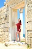 Brunette na cidade antiga do tha Fotos de Stock