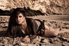 Brunette nella sabbia Fotografia Stock