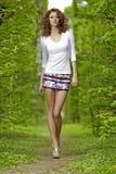Brunette no jardim Foto de Stock