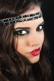 Brunette bonito com um headband preto fotos de stock royalty free