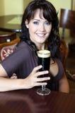 Brunette novo com vidro de cerveja em um restaurante Foto de Stock
