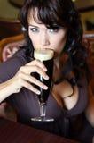 Brunette novo com vidro de cerveja em um restaurante Fotografia de Stock