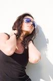 Brunette novo lindo na luz do sol quente do verão. Foto de Stock
