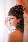 Brunette novo no vestido de casamento que levanta em casa Fotografia de Stock