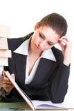 Brunette novo que estuda mal do livro Imagens de Stock