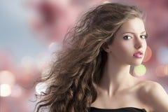 Brunette op bokehachtergrond Stock Afbeelding