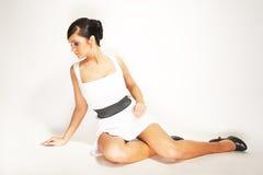 Brunette op de lichte achtergrond Royalty-vrije Stock Foto