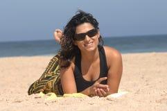 Brunette op het strand Royalty-vrije Stock Foto
