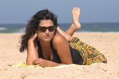 Brunette op het strand Stock Foto's