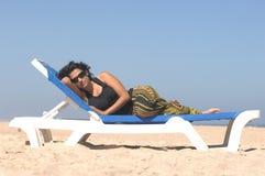 Brunette op het strand Royalty-vrije Stock Foto's