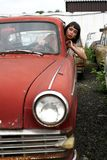 Brunette in oude auto royalty-vrije stock foto