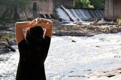 Brunette por el río Imágenes de archivo libres de regalías
