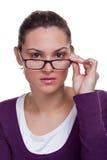 Brunette que ajusta seus vidros fotografia de stock