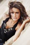 Brunette que encontra-se na areia fotografia de stock royalty free