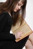 Brunette que lee el libro grande Fotografía de archivo libre de regalías