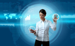 Brunette que navega a relação futurista Imagens de Stock