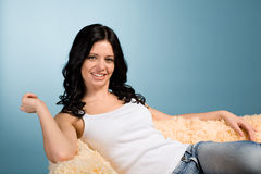 Brunette que se relaja en el sofá fotografía de archivo libre de regalías