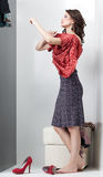 Brunette regardant la robe rouge Image stock
