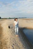 Brunette reist auf den Strand Stockbild