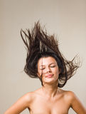 Brunette relaxed allegro con capelli scorrenti. Fotografie Stock