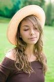Brunette relaxed hermoso del resorte al aire libre. Imagen de archivo libre de regalías