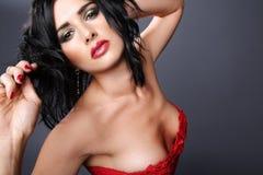 Brunette in rode kleding. royalty-vrije stock foto