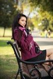 brunette romantique en stationnement d'automne Photos libres de droits