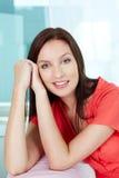 Brunette in rood Stock Afbeelding