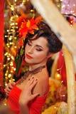Brunette in rood met creatieve samenstelling Royalty-vrije Stock Foto's