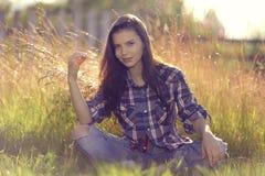 brunette in rustieke stijl Stock Afbeeldingen