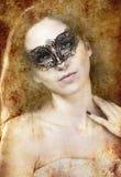 Brunette sensual con la máscara veneciana, la fantasía y el concep romántico Fotografía de archivo libre de regalías